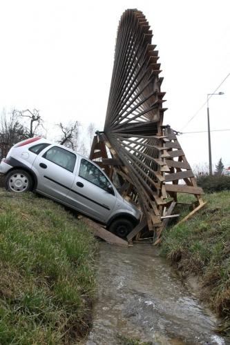 A csopaki vizimalomkeréknek hajtott egy autó