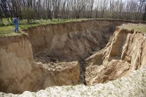 Tizenöt méter mély kráter Pamuk határában