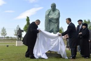 Felavatták Schwajda György szobrát