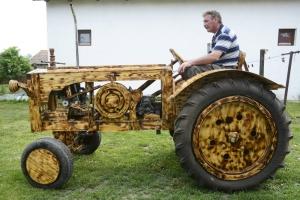 Fából készített traktort egy férfi Tiszaörsön