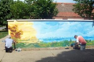 Színes falfestmény a falu központjában