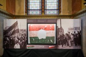 A Parlamentben állítják majd ki az 56-os zászlót