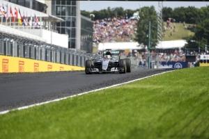 Hamilton nyert, rekordot döntött, és vezet az összetettben