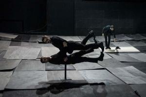 Súlytalanság a színpadon