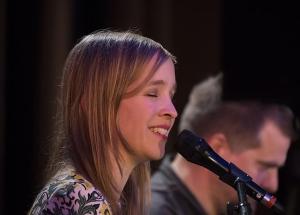 Harcsa Veronika Kassák Lajos verseit énekli a szegedi REÖK-ben