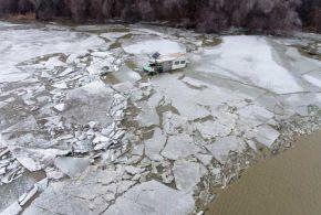 Horgászkunyhó a jeges folyóban