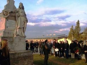 Koszorúzás a Hungária szobornál