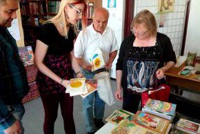 Könyvcsomagok ajándékozása a muzslyai könyvtárnak