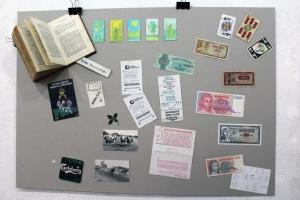 Könyvekben talált tárgyak kiállítása