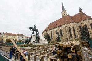 Korcsolyapályát építenek a Mátyás-szoborcsoport köré