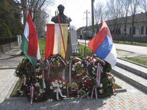 Visszakerült a magyarittabéi Kossuth-szoborhoz a régi, nemzetiszínű zászló