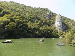 Természeti szépség és sziklába vésett dombormű