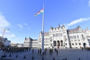 Ünnepélyes zászlófelvonás az Országház előtt