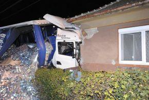 Családi házba csapódott egy kamion
