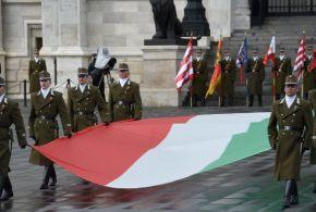 Felvonták a nemzeti zászlót az Országház előtt